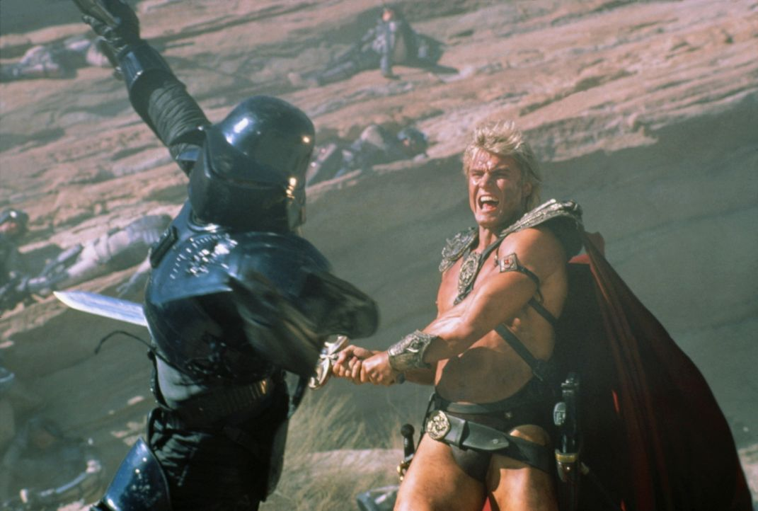 In einem epischen Schwertkampf zwischen Gut und Böse kämpfen He-Man (Dolph Lundgren, r.) und Skeletor um das Schicksal des Universums ... - Bildquelle: CANNON FILMS INC. AND CANNON INTERNATIONAL B. V