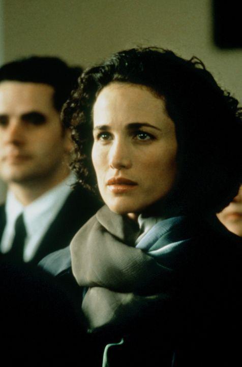 Carrie (Andie MacDowell) sieht den Mann, den sie liebt - leider ist er im Begriff, eine andere zu heiraten ... - Bildquelle: Gramercy Pictures