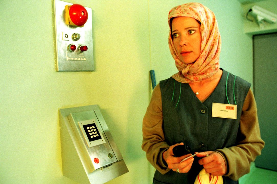 Sonja (Ann-Kathrin Kramer) schleicht sich als Putzfrau verkleidet in den Hochsicherheitstrakt des Labors ein. - Bildquelle: Diane Krüger Sat.1