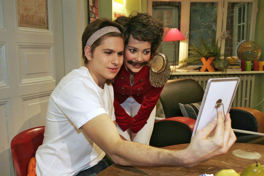 Timo (Matthias Dietrich, l.) und Hannah (Laura Osswald, r.), als Tambourmajor kostümiert, bereiten sich auf den Maskenball vor ... - Bildquelle: Noreen Flynn Sat.1