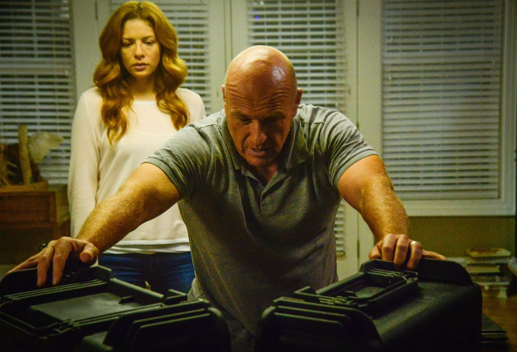 Geraten in der Isolation auf Bird Island aneinander: Julia (Rachelle LeFevre, l.) und Big Jim (Dean Norris, r.) ... - Bildquelle: Brownie Harris 2015 CBS Studios Inc.