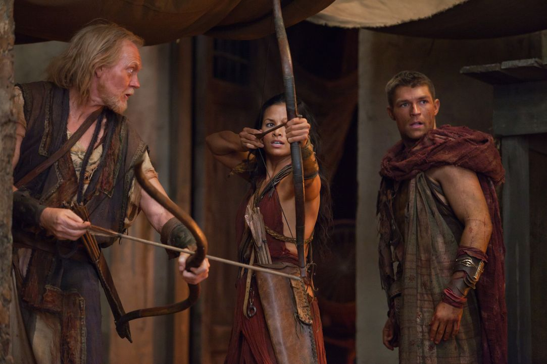 Als Glaber die Falle zuschnappen lassen möchte, holt Spartacus (Liam McIntyre) seine Bogenschützen hervor: Mira (Katrina Law) und Lucius (Peter Mc... - Bildquelle: 2011 Starz Entertainment, LLC. All rights reserved.