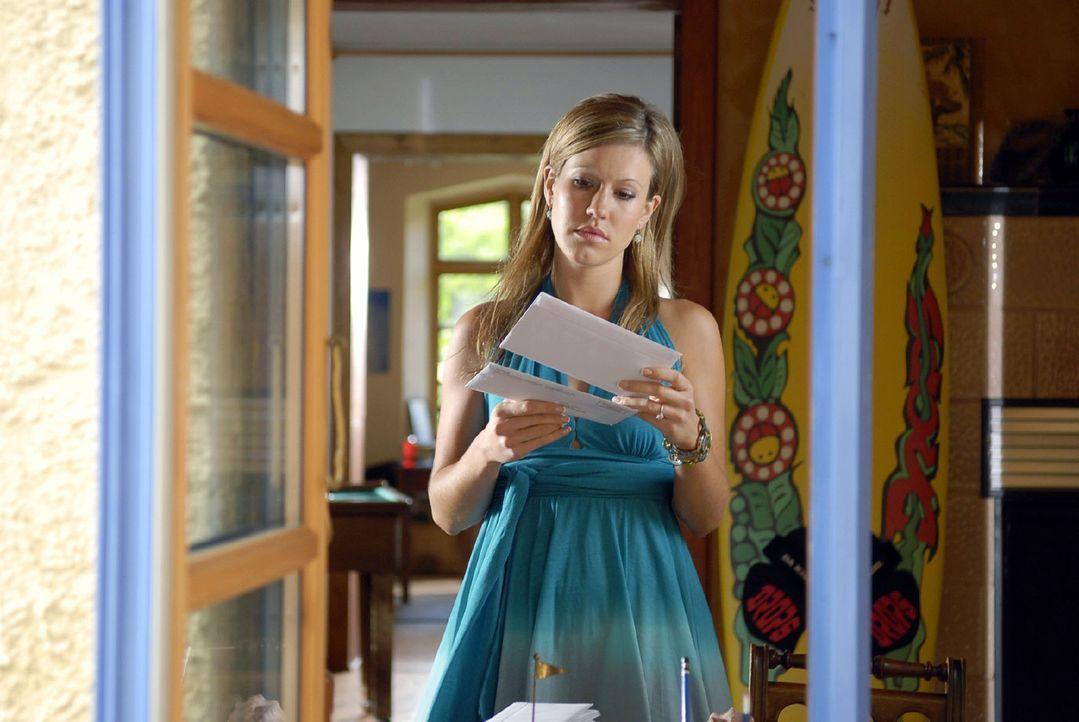 Jackie (Wolke Hegenbarth) ist allein in Toms Wohnung. Auf seinem Schreibtisch findet sie die ungeöffneten Briefe ihrer Münchner Anwaltskanzlei. To... - Bildquelle: Sat.1