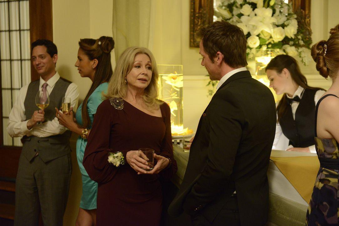 Philip (Paul Greene, r.) wünscht sich, dass seine Mutter Olivia (Sherry Miller, l.) seine Freundin endlich akzeptiert. Wird das jemals geschehen? - Bildquelle: 2014 She-Wolf Season 1 Productions Inc.