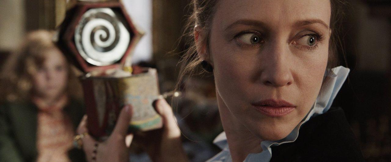 Muss sich einem tödlichen Dämon stellen: Geisterjägerin Lorraine Warren (Vera Farmiga) ... - Bildquelle: Warner Brothers