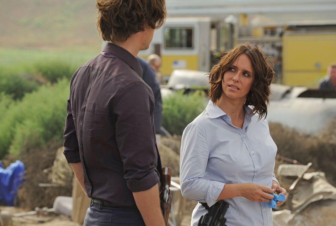 Ein Flugzeugabsturz beschäftigt Reid (Matthew Gray Gubler, l.), Kate (Jennifer Love Hewitt, r.) und das restliche Team ... - Bildquelle: Colleen Hayes ABC Studios