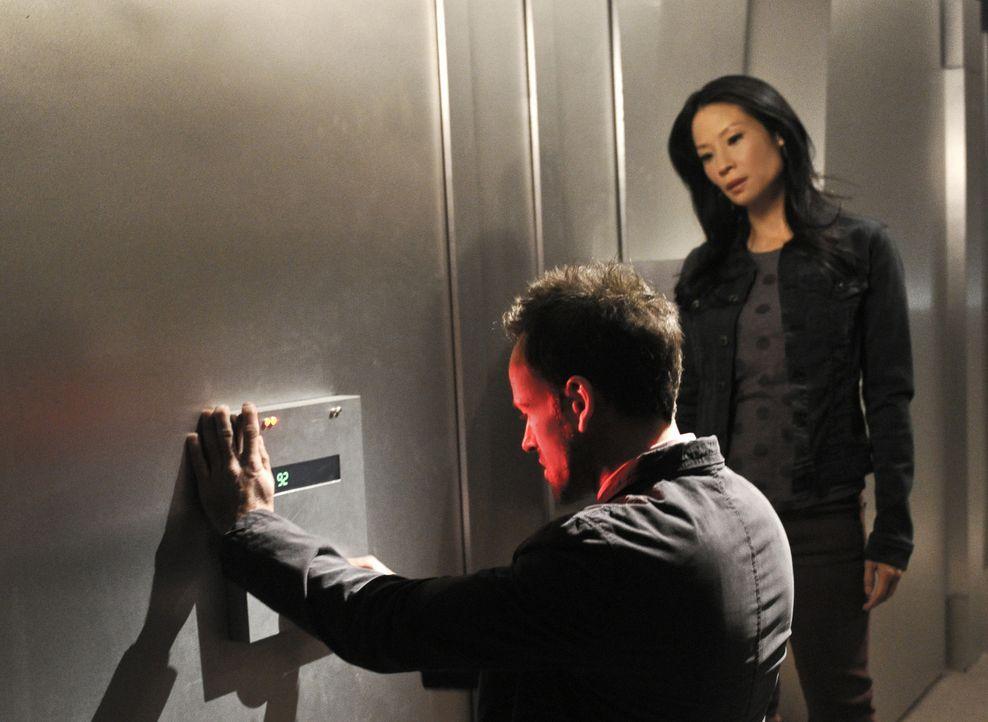 Als ein einbruchssicherer Banktresor geknackt wurde, beginnt Sherlock Holmes (Jonny Lee Miller, l.) mit den Ermittlungen und wird von Joan Watson (L... - Bildquelle: CBS Television