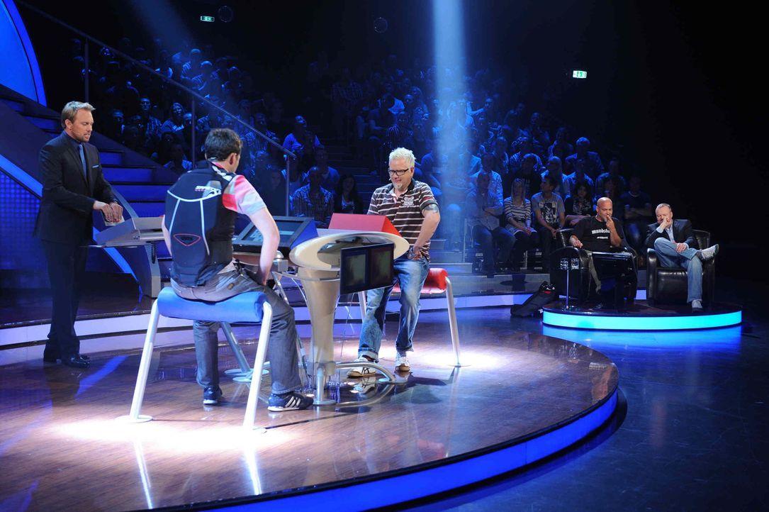 """Lars (r.) von Mundstuhl stellt sich in """"Schlag den Star"""" im Duell seinem Herausforderer (M.). Steven Gätjen (l.) moderiert die Show. - Bildquelle: Willi Weber ProSieben"""
