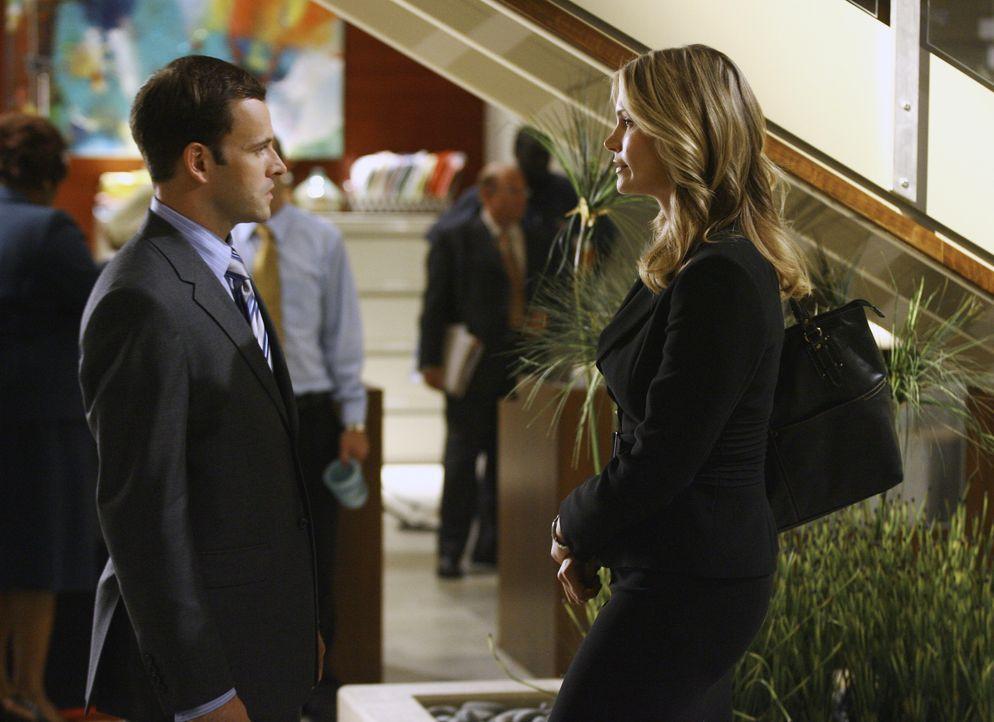 Nach dem Debakel mit der Verlobungsfeier ist die Stimmung zwischen Eli (Jonny Lee Miller, l.) und Taylor (Natasha Henstridge, r.) äußerst angespannt... - Bildquelle: Disney - ABC International Television