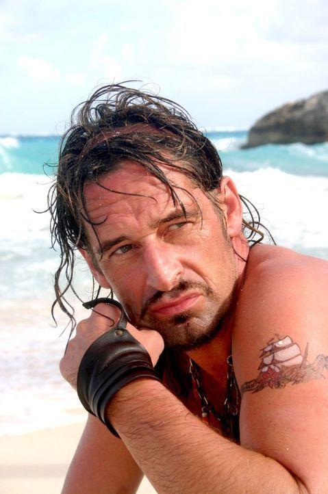 Plötzlich taucht Flynn (Max Tidof) auf der Insel auf. - Bildquelle: Walter Bailey Sat.1