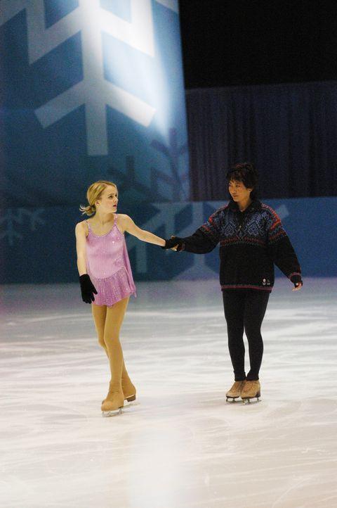 Eines Tages erhält Eiskunstläuferin Katelin (Jordan Hinson, l.) die einmalige Chance, die Privatakademie einer berühmten russischen Trainerin zu... - Bildquelle: The Disney Channel