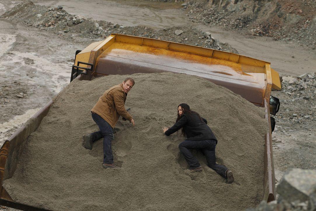 Die Insel Tanarak, Alaska: Die Ärztin Jessica Shaw (Moon Bloodgood, r.) wird von dem Unternehmen Agrius Industries auf der Insel verfolgt, weil sie... - Bildquelle: Warner Brothers