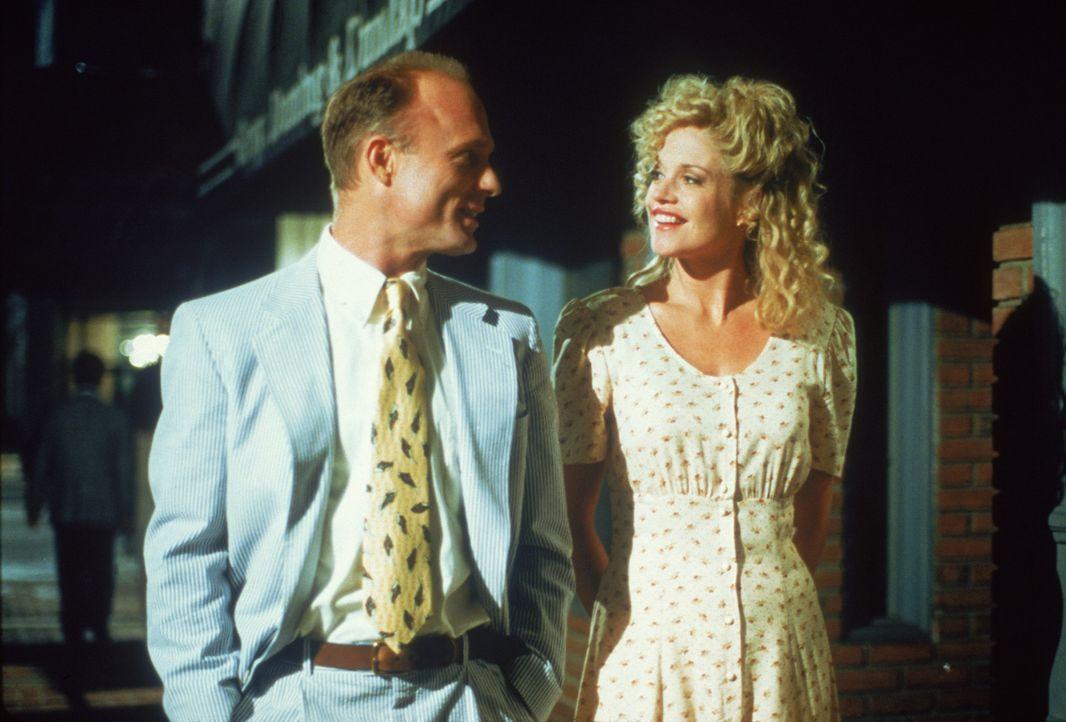 Als Tom (Ed Harris, l.) und V (Melanie Griffith, r.) miteinander ausgehen, glaubt Toms Sohn Frank, er hätte sein Ziel erreicht ... - Bildquelle: TM, ® &   1994 by Paramount Pictures. All Rights Reserved.