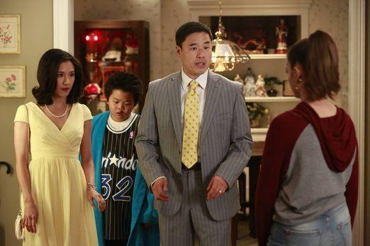 Während Louis (Randall Park, 2.v.r.) und Jessica (Constance Wu, l.) entsetzt...