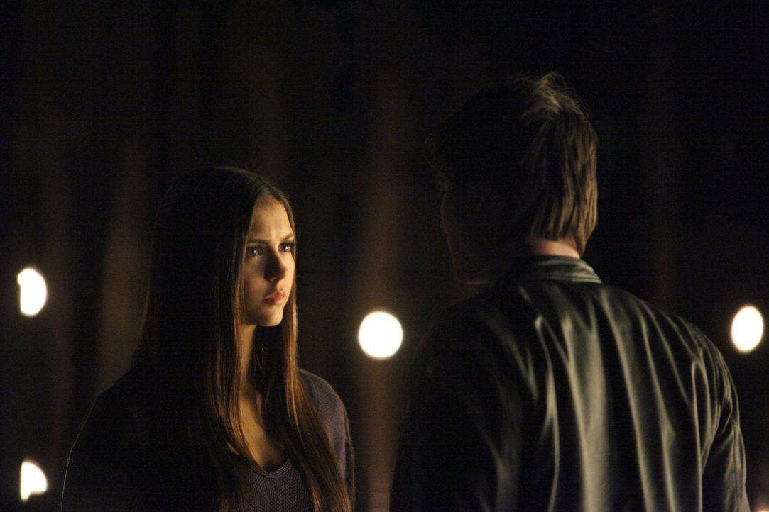 Während Elena (Nina Dobrev, l.) ihm noch vollkommen vertraut, entsteht in Damons (Ian Somerhalder, r.) Kopf ein Plan, der alles zerstören kann ... - Bildquelle: Warner Brothers