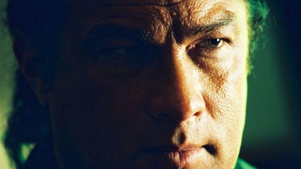 Jonathan Cold (Steven Seagal) nimmt von einem mysteriösen Auftraggeber ein Pä...
