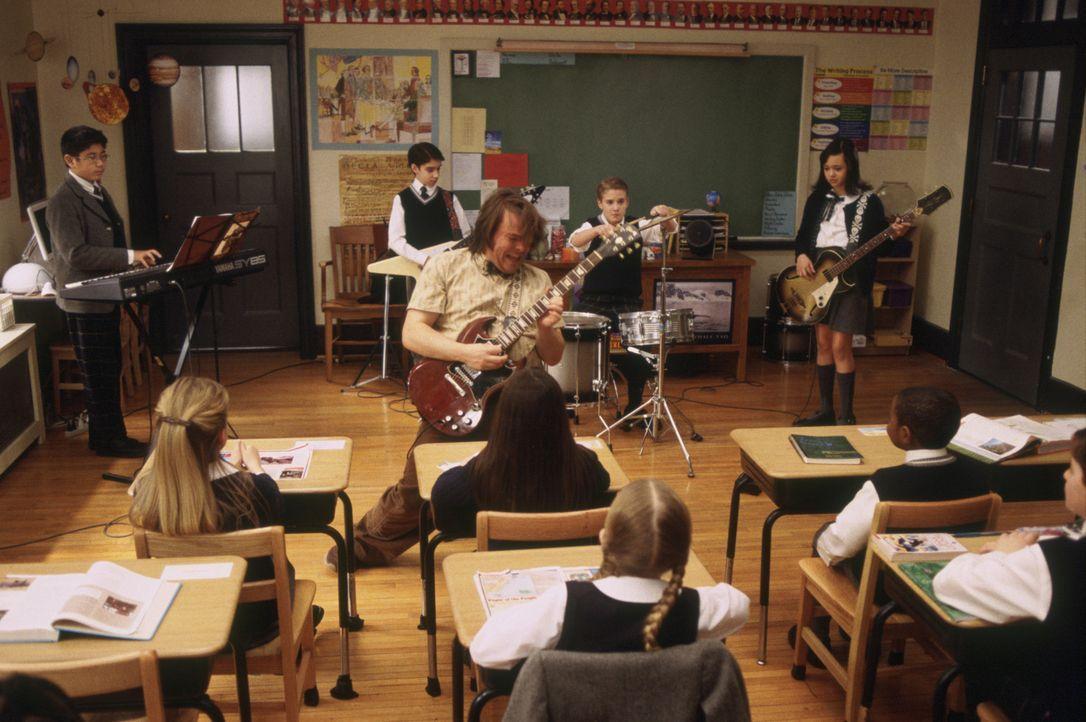 Als Deweys (Jack Black, vorne M.) klar wird, dass alle seine Schüler ein Instrument spielen, beschließt er, wenn schon nicht in Mathe, dann (v.l.n.r.) Lawrence (Robert Tsai), Zack (Joey Gaydos jr.), Freddy (Kevin Alexander Clark), Katie (Rebecca Brown) und die anderen Schüler zumindest in angewandtem Rock n' Roll zu unterrichten ...