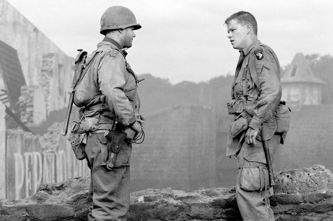 Endlich hat Captain Miller (Tom Hanks, l.) James Ryan (Matt Damon, r.) wohlbehalten aufgefunden. Doch nun weigert sich dieser, in die Heimat zurückz... - Bildquelle: United International Pictures