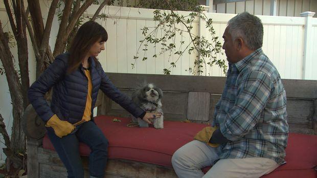 Alyssas (l.) Hund Truffle sorgt mit seltsamen Verhalten immer wieder für Verw...