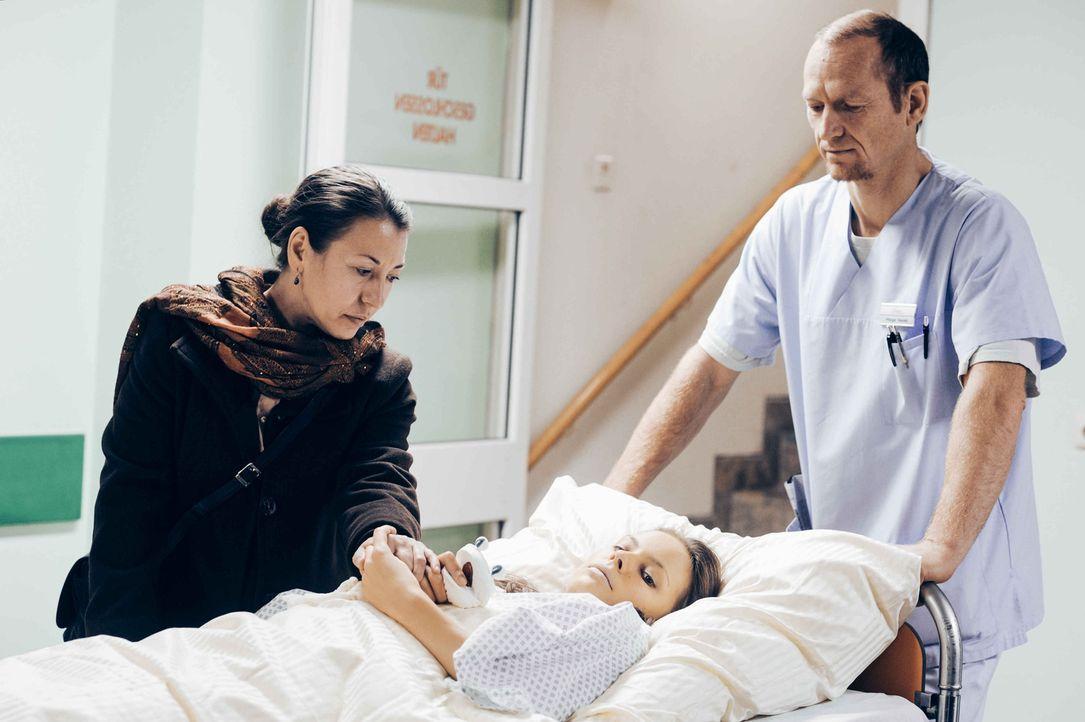 Emines (Antoneta Ristova, l.) Tochter Dafina (Barbara Prakopenka, liegend) ist schwerkrank, sie hat eine irreparabel geschädigte Leber, die nur noch... - Bildquelle: Hardy Spitz SAT.1