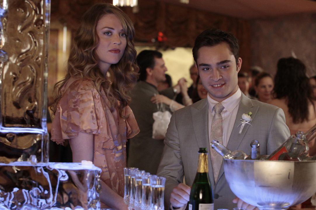 ...und schon lenkt sich Chuck (Ed Westwick, r.) wieder mit Alkohol und Frauen von seinem Herzschmerz ab. - Bildquelle: Warner Brothers