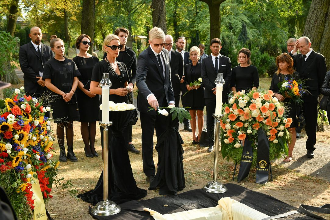 Bea (Niki Finger, l.) und Olaf Brock (Thomas Morris, r.) trauern bei der Beerdigung um den verstorbenen Unternehmer. Doch heimlich hoffen sie, von s... - Bildquelle: Claudius Pflug SAT.1/Claudius Pflug