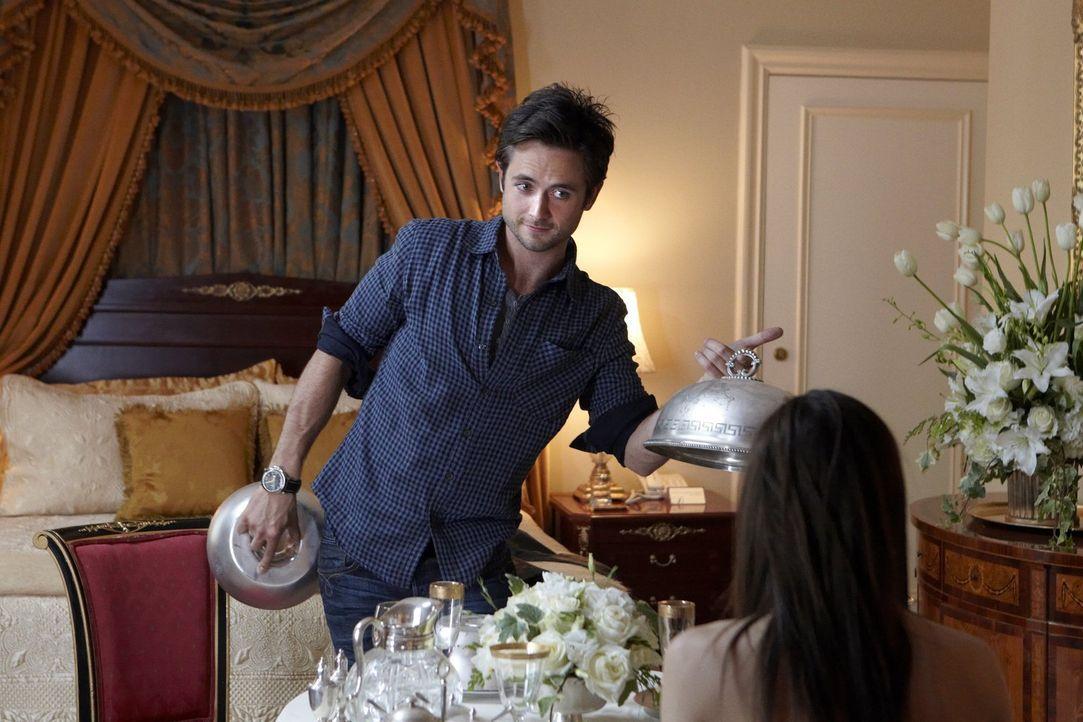 Auf die kulinarische Überraschung von Steve (Justin Chatwin, l.) reagiert FIona (Emmy Rossum, r.) ganz besonders erfreut ... - Bildquelle: 2010 Warner Brothers
