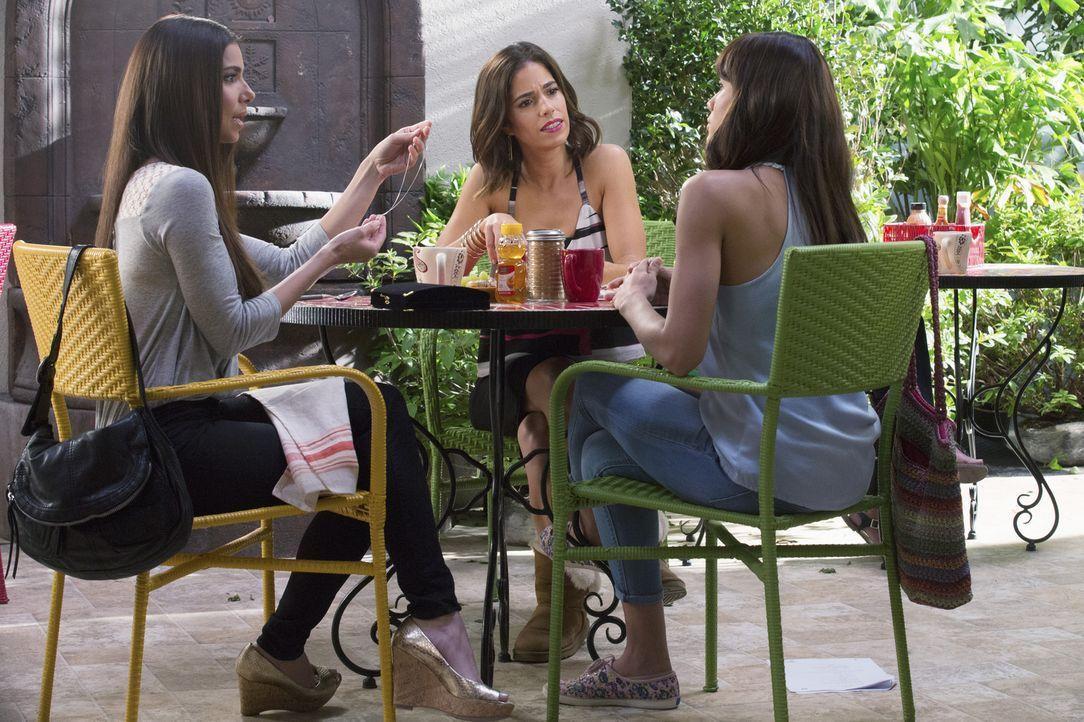 Während Rosie (Dania Ramirez, r.), Carmen (Roselyn Sanchez, l.) und Marisol (Ana Ortiz, M.) den neusten Tratsch austauschen, ahnen sie noch nicht, m... - Bildquelle: 2014 ABC Studios