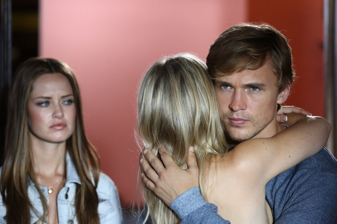 Keine schöne Situation für Prinz Liam (William Moseley, r.), als er plötzlich gemeinsam mit seinem neuen Schwarm Ophelia (Merritt Patterson, l.) vor... - Bildquelle: Tim Whitby 2014 E! Entertainment Media LLC/Lions Gate Television Inc.