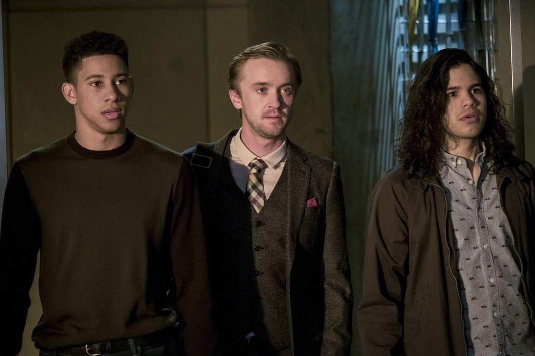 Nach und nach wird Wally (Keiynan Lonsdale, l.), Julian (Tom Felton, M.) und Cisco (Carlos Valdes, r.) bewusst, was für einen Schaden sie angerichte... - Bildquelle: 2016 Warner Bros.