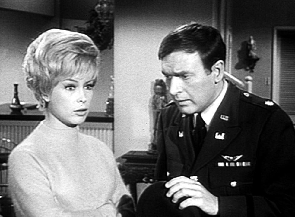 Tony ist eine Vase auf den Kopf gefallen, und er will nun Jeannie (Barbara Eden, l.), die er für eine Miss Gordon aus Denver hält, heiraten. Tonys F... - Bildquelle: Columbia Pictures