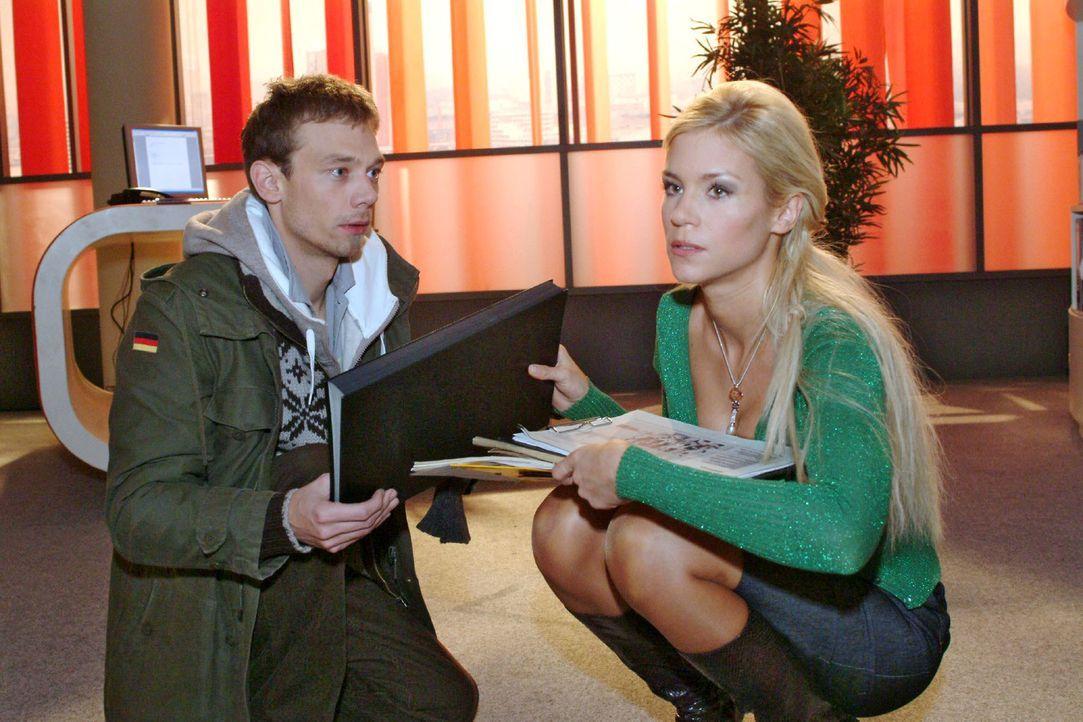 Sabrina (Nina-Friederike Gnädig, r.) gibt Jürgen (Oliver Bokern, l.) endgültig zu verstehen, dass sie nichts von ihm wissen will. - Bildquelle: Monika Schürle Sat.1