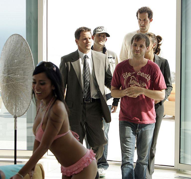Versuchen von Brett Chandler (Aaron Stanford, vorne r.) und dessen Freunden Logan (Peter Cambor, hinten r.) und Josh (David Weidoff, hinten l.) Hinw... - Bildquelle: Paramount Network Television