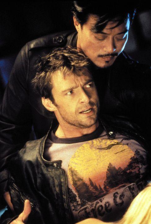 Was als vermeintlich sauberer Computerjob beginnt, endet für Hacker Stanley (Hugh Jackman, l.) in einer blutigen Geiselnahme ... - Bildquelle: Warner Brothers International