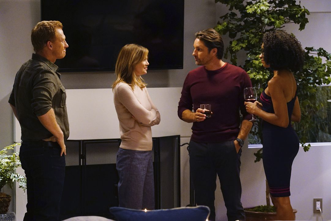 Amelia und Owen (Kevin McKidd, l.) veranstalten eine Dinnerparty. Während Maggie (Kelly McCreary, r.) dort Riggs (Martin Henderson, 2.v.r.) um ein D... - Bildquelle: Richard Cartwright 2016 American Broadcasting Companies, Inc. All rights reserved.