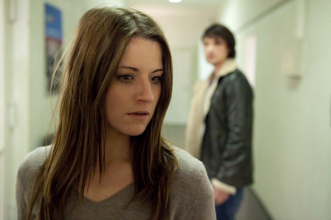 Als Ben (Christopher Kohn, r.) erfährt, dass Bea (Vanessa Jung, l.) wegen Sophies Aussage im Gefängnis sitzt, geht er zur Polizei und versucht die... - Bildquelle: SAT.1