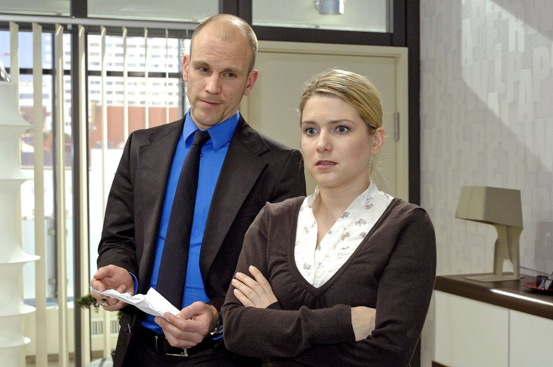 Anna (Jeanette Biedermann, r.) gesteht Gerrit (Lars Löllmann, l.), dass sie Pillen nimmt. - Bildquelle: Oliver Ziebe Sat.1
