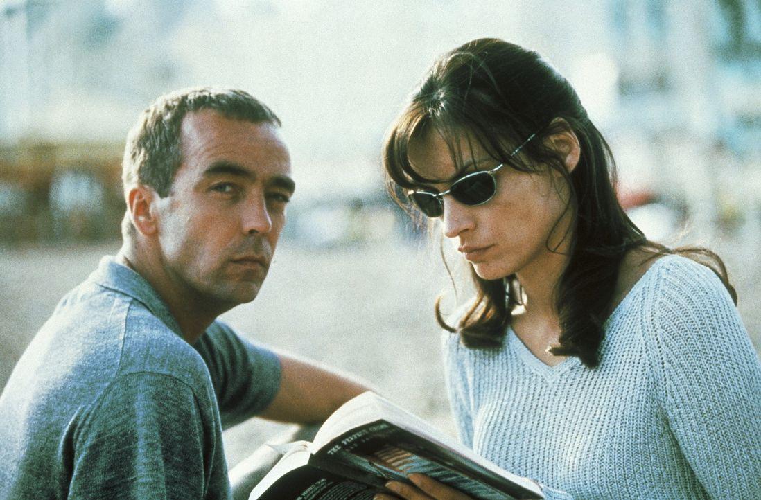 Um sich seinen Lebenstraum zu erfüllen, lassen sich Leo (John Hannah, l.) und Lily (Famke Janssen, r.) auf ein lebensgefährliches Spiel ein ... - Bildquelle: Columbia Pictures