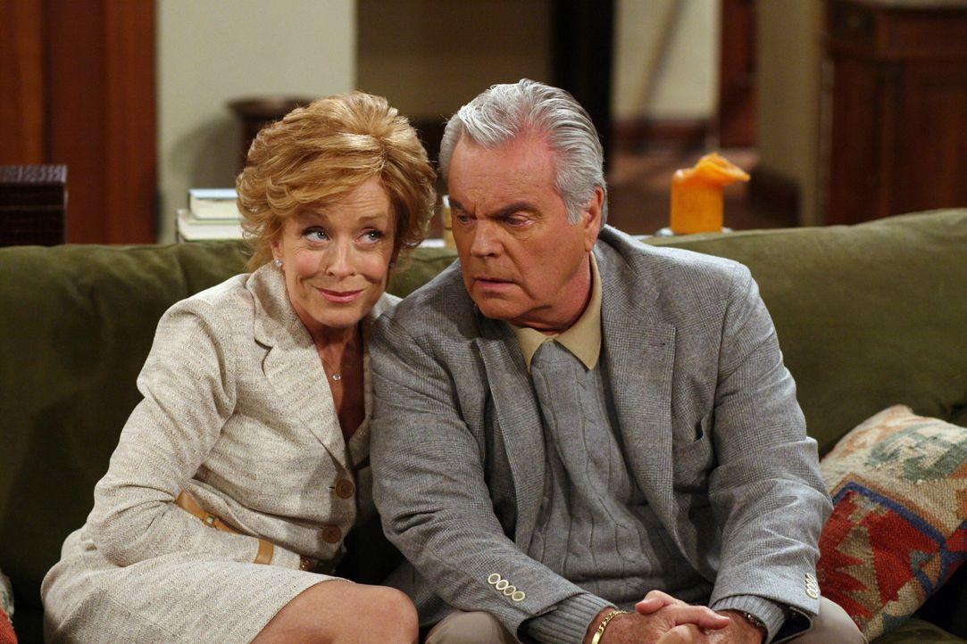 Während eines Spontabesuchs bei Charlie erleben Teddy (Robert Wagner, r.) und Evelyn (Holland Taylor, l.) eine Überraschung ... - Bildquelle: Warner Brothers Entertainment Inc.