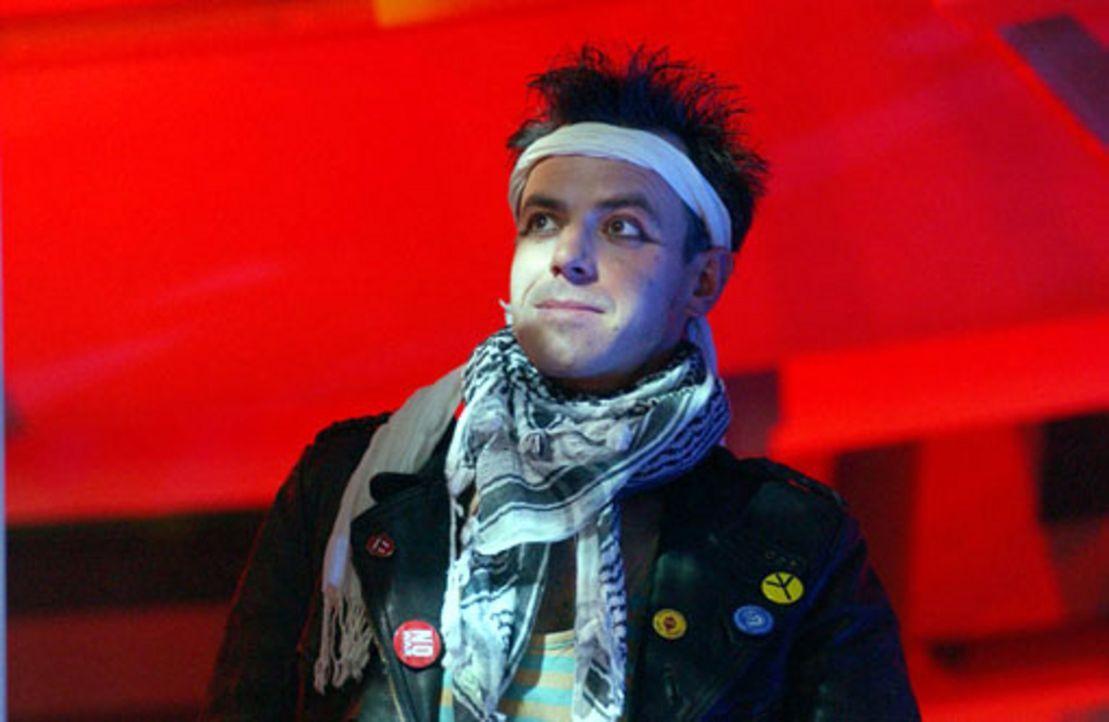 Vom Staranwalt zum 80er Jahre-Punk: Tom (Felix Eitner) ... - Bildquelle: Elke Werner ProSieben