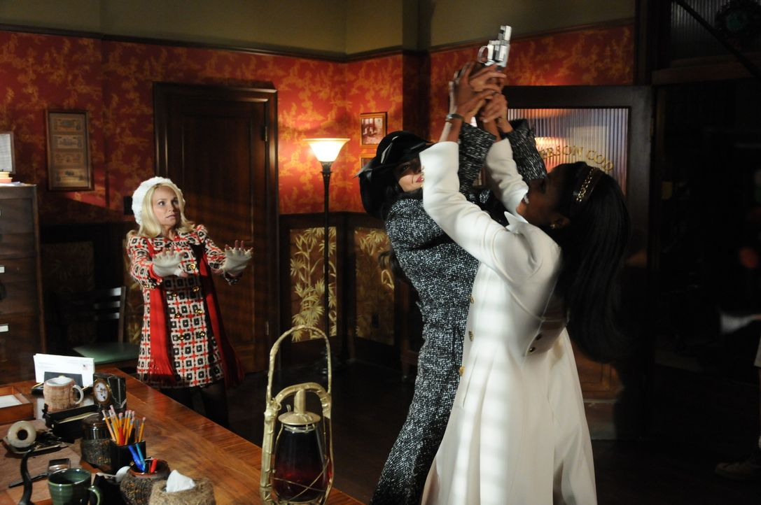 Olive (Kristin Chenoweth, l.) versucht die beiden aufgebrachten Damen zu beruhigen, doch weder Lila (Gina Torres, M.), noch Simone (Christine Adams,... - Bildquelle: Warner Brothers