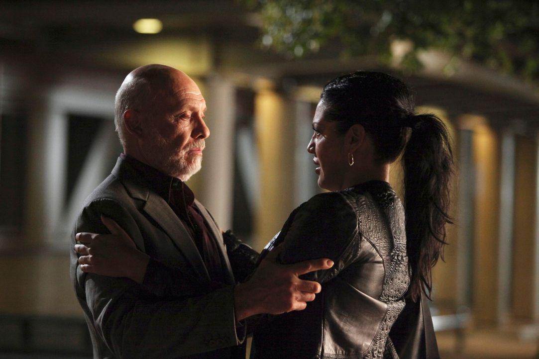 Callie (Sara Ramirez, r.) erhält überraschend Besuch von ihrem Vater (Hector Elizondo, l.). Es scheint, als wolle er sich mit seiner Tochter aussöhn... - Bildquelle: Touchstone Television