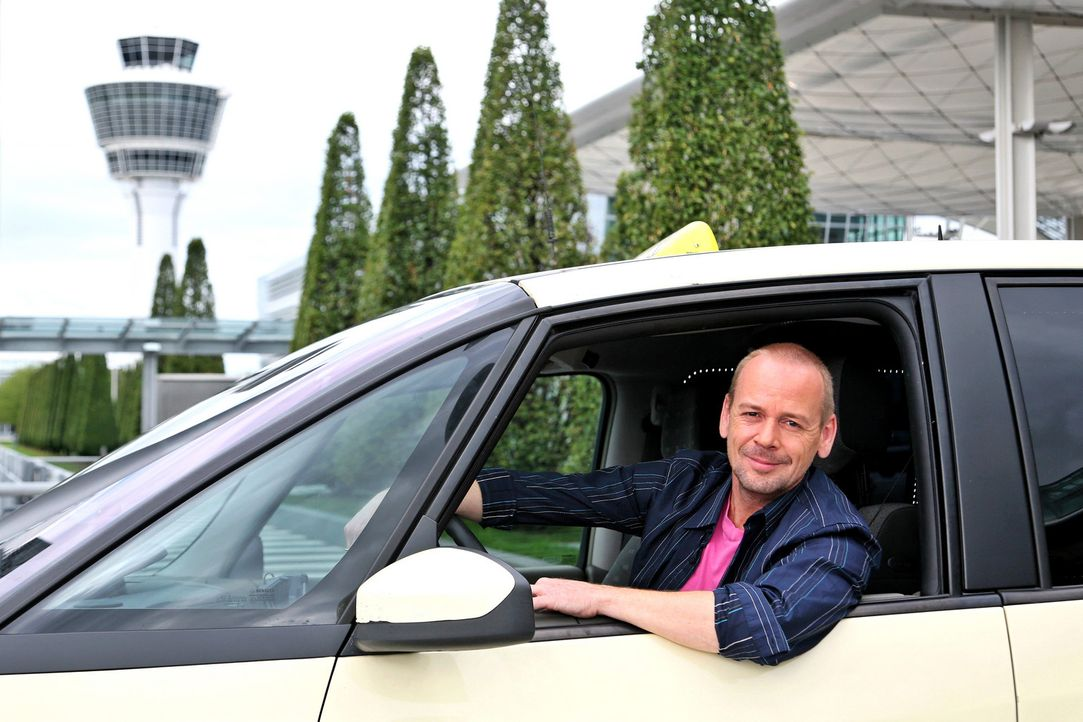 """Das """"Quiz Taxi"""" in München: Der Fahrer und Moderator Thomas Hackenberg bietet seinen Fahrgästen die Chance, ein kleines Vermögen zu gewinnen ... - Bildquelle: kabel eins"""