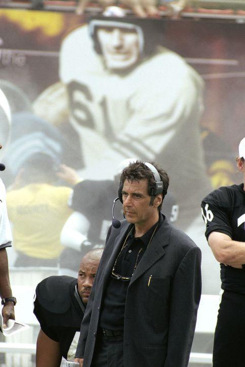 Footballtrainer Tony D'Amato (Al Pacino) kriegt es diese Saison von allen Seiten: Die Clubbesitzerin will endlich Profit machen, der Star der Mannsc... - Bildquelle: Warner Brothers