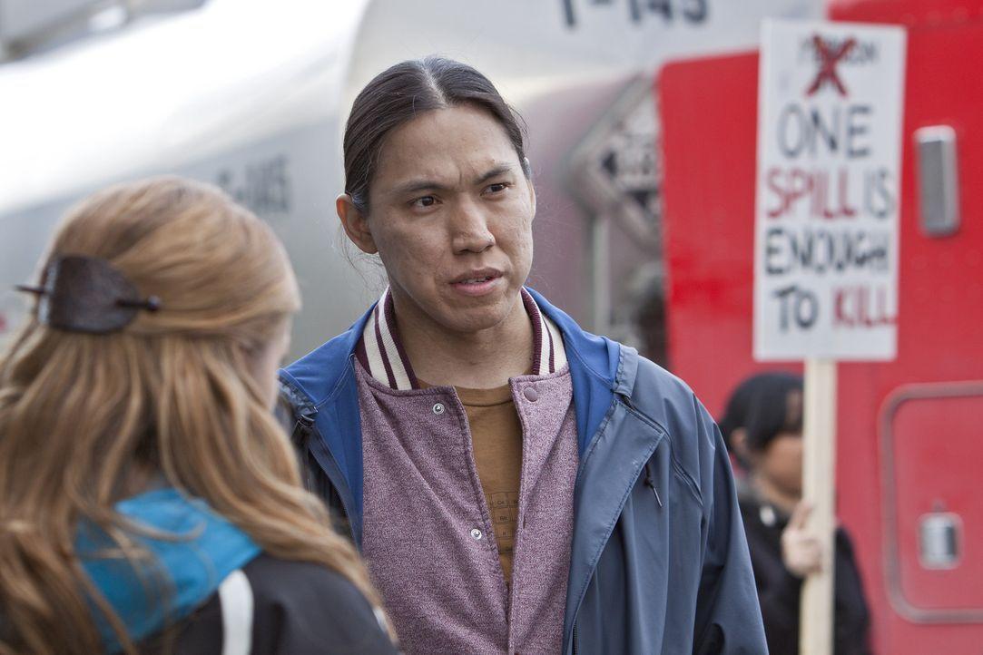 Dylan Weir (Sara Canning, l.) wird von einem ehemaligen Ranger-Aspiranten, dem Indianer Leo John (William Belleau, r.), angesprochen: Leo hat nahe d... - Bildquelle: Bettina Strauss