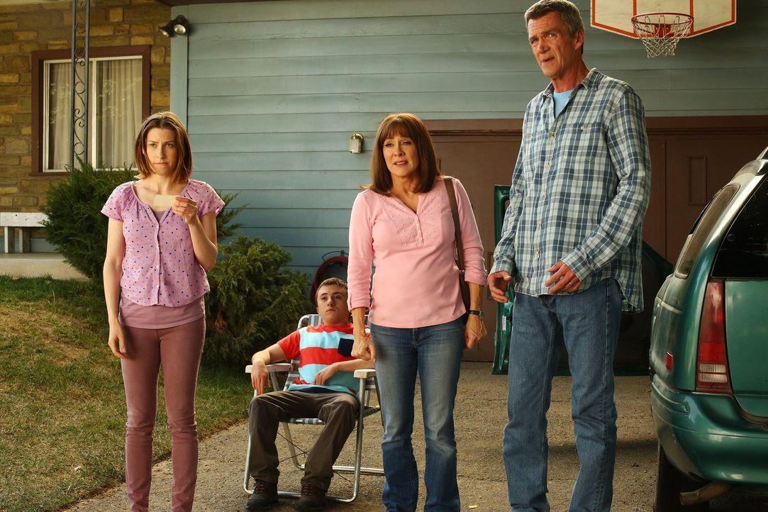 Wie werden (v.l.n.r.) Sue (Eden Sher), Brick (Atticus Shaffer), Frankie (Patricia Heaton) und Mike (Neil Flynn) reagieren, wenn Axl ihnen eröffnet,... - Bildquelle: Warner Bros.
