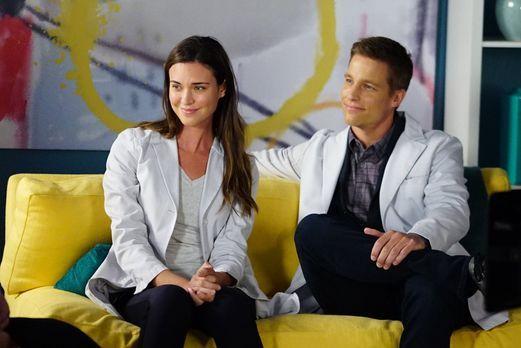 Als Zoe (Odette Annable, l.) und Scott (Ward Horton, r.) einer Patientin nach...