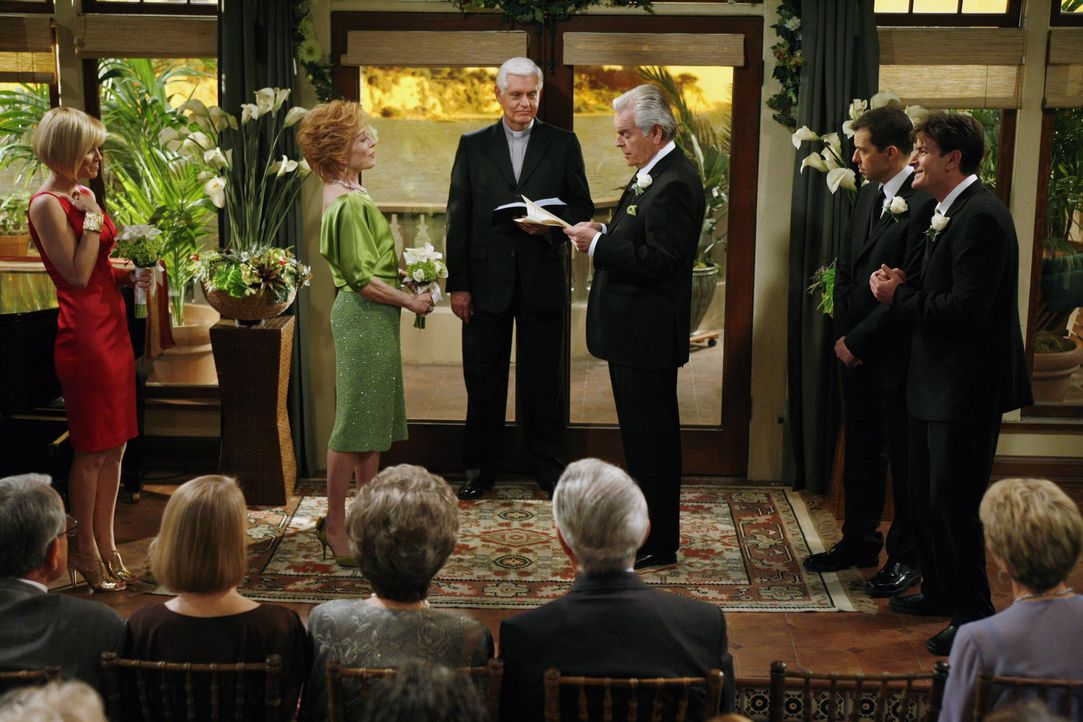 Der große Tag von Evelyn (Holland Taylor, 2.v.l.) und Teddy (Robert Wagner, 3.v.r.) ist gekommen, ihre Kinder Charlie (Charlie Sheen, r.), Alan (Jo... - Bildquelle: Warner Brothers Entertainment Inc.