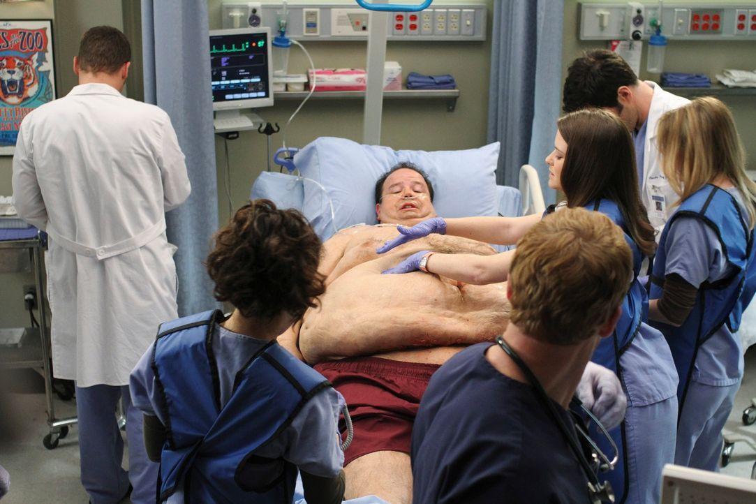 Der kolossaler Patient Bobby Corso (Jerry Kernion, 3.v.l.) stellt die Ärzte vor eine schwere Herausforderung: Alex (Justin Chambers, l.), Cristina (... - Bildquelle: Touchstone Television