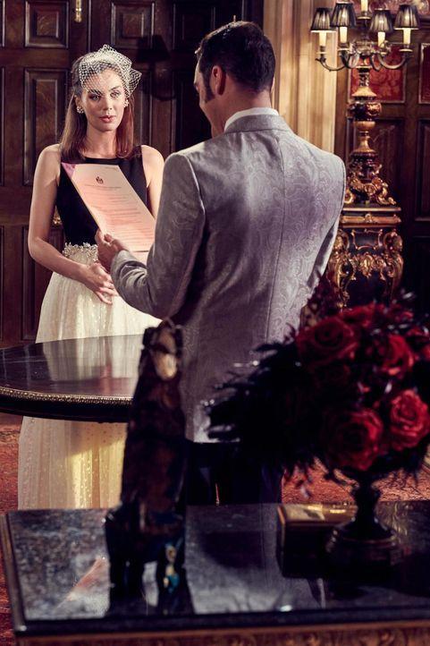 Um die Ehe mit Cyrus (Jake Maskall, r.) einzugehen, hat Prudence (Poppy Corby-Tuech, l.) noch paar Anforderungen an den König. Doch wird dieser sich... - Bildquelle: 2015 E! Entertainment Media LLC/Lions Gate Television Inc.